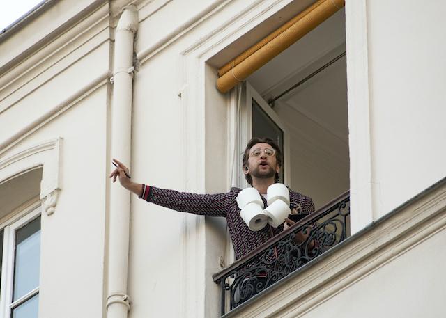 """Noam Cartozo anime chaque soir """"Questions pour un balcon"""" à Paris / © Jérômine Derigny pour Enlarge your Paris"""