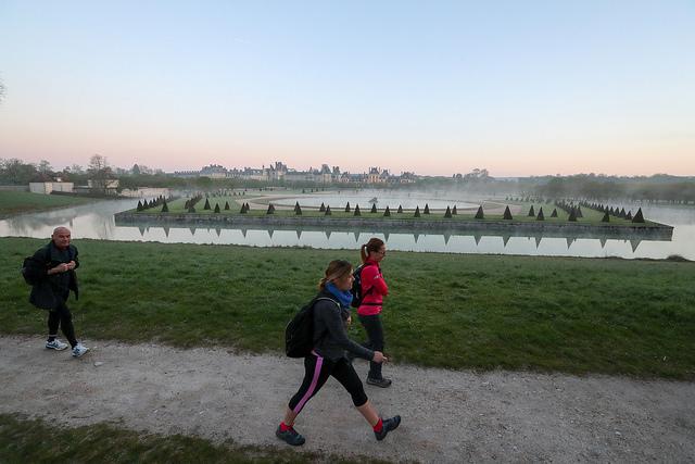 Participants à la Rando des 3 châteaux avec en toile de fond le château de Fontainebleau / © Département Seine-et-Marne