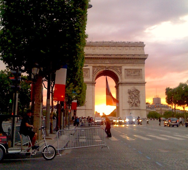 L'Arc de triomphe un soir de juillet / © Steve Stillman pour Enlarge your Paris