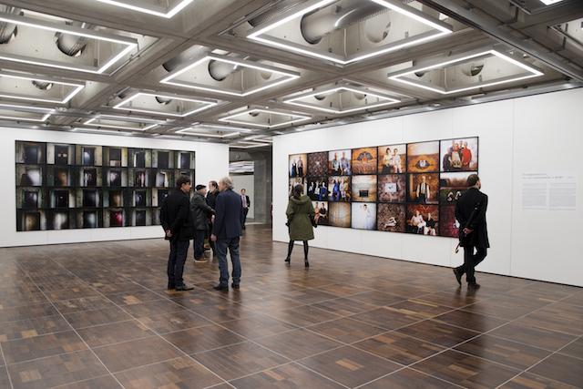 Espace d'exposition dédié au photojournalisme sur le toit de la Grande Arche de la Défense / © MS