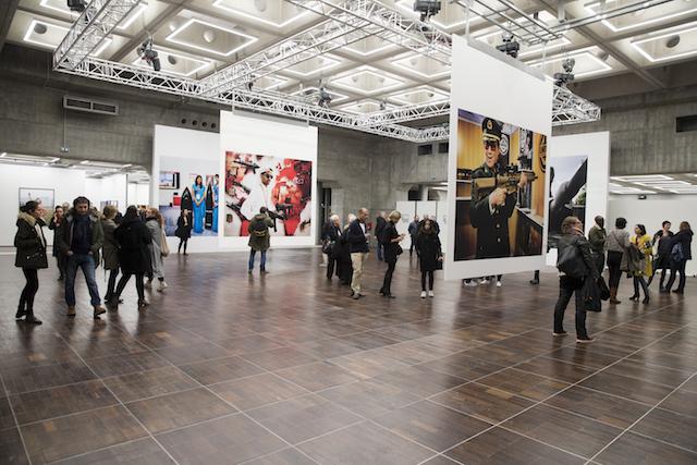 Espace d'exposition dédié au photojournalisme sur le toit de la Grande Arche de la Défense / DR