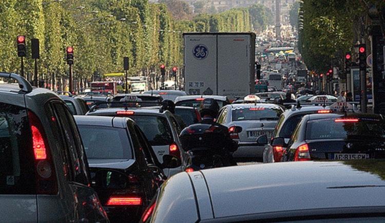 Trafic sur les Champs-Elysées / © Jean-François Gornet - Flickr