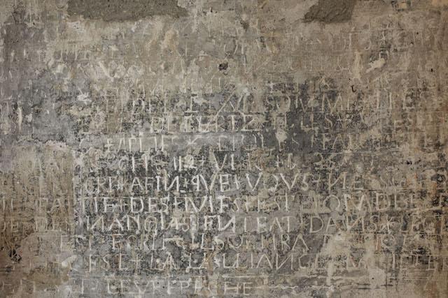 Graffiti dans le donjon du château de Vincennes / © Romain Veillon - CMN