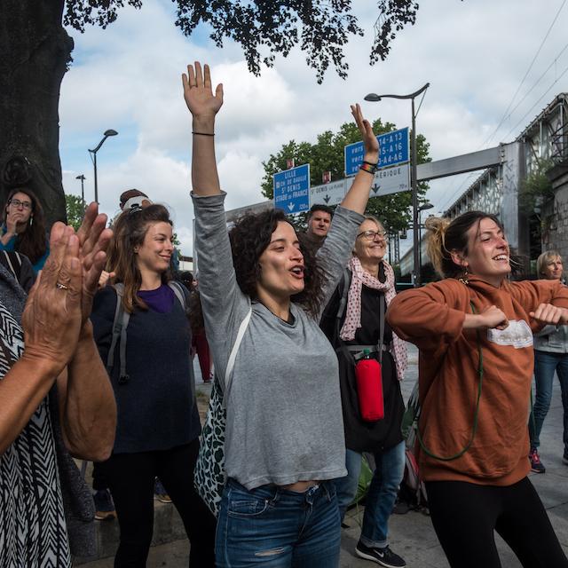 Etape 45 Paris Sarcelles de la Marche de solidarité pour les migrants, le 21 juin - Petit échauffement avant le début de la marche Porte de la Chapelle à Paris / © Jeanne Frank - Item