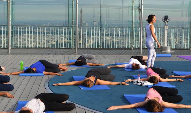 Yoga sur le toit de la tour Montparnasse / © GEOFFREY VAN DER HASSELT