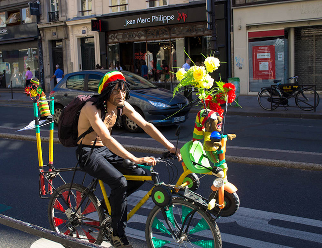 Cycliste rasta à Paris / © Kimdokhac - Flickr sous Creative Commons