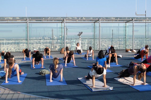 Yoga sur le toit de la tour Montparnasse / © Mona Prudhomme pour Enlarge your Paris