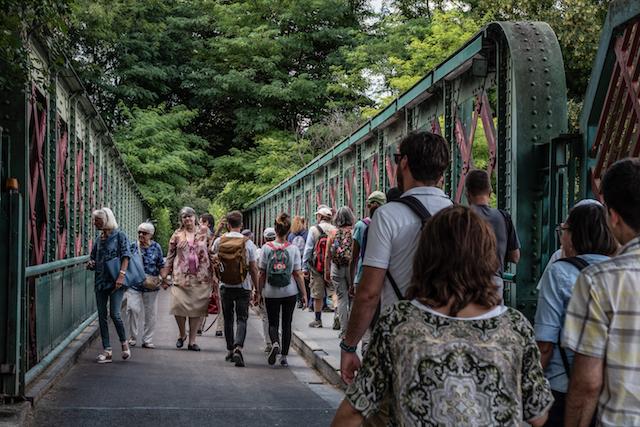 La passerelle qui mène à l'île Saint-Germain à Issy / © Jean-Fabien Leclanche pour Enlarge your Paris