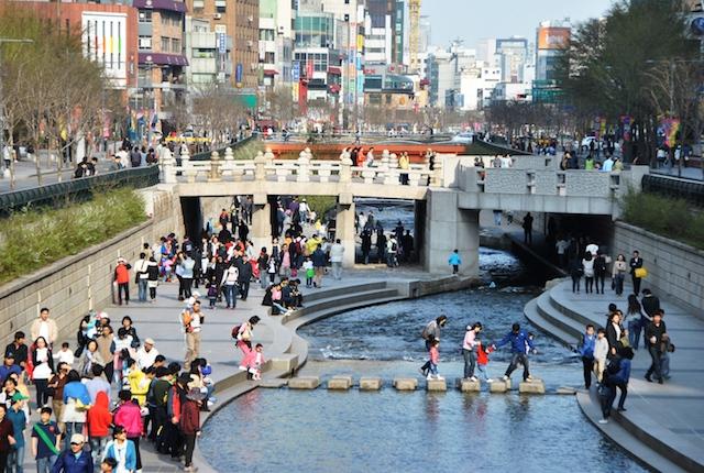 """A Seoul, la destruction de la """"Cheonggyecheon Expressway"""" a permis de découvrir la rivière jusque-là enfouie / ©  Paul Lecroart"""