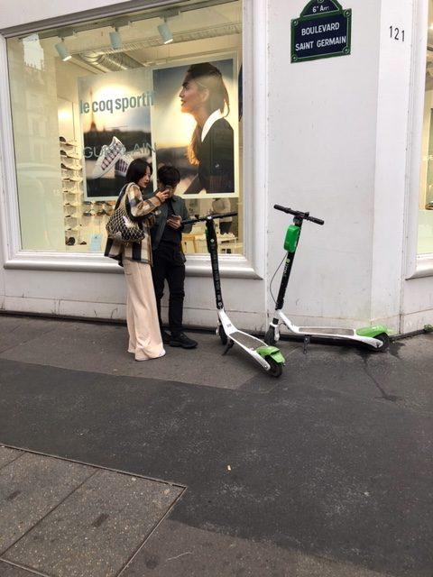 Trottinettes électriques sur le boulevard Saint-Germain / © Yoav Slusarensky