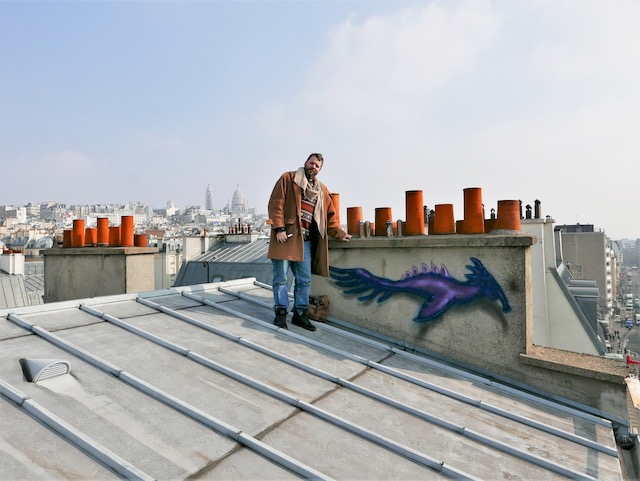 L'artiste Codex Urbanus sur les toits de Paris / © Nestor de Picpus