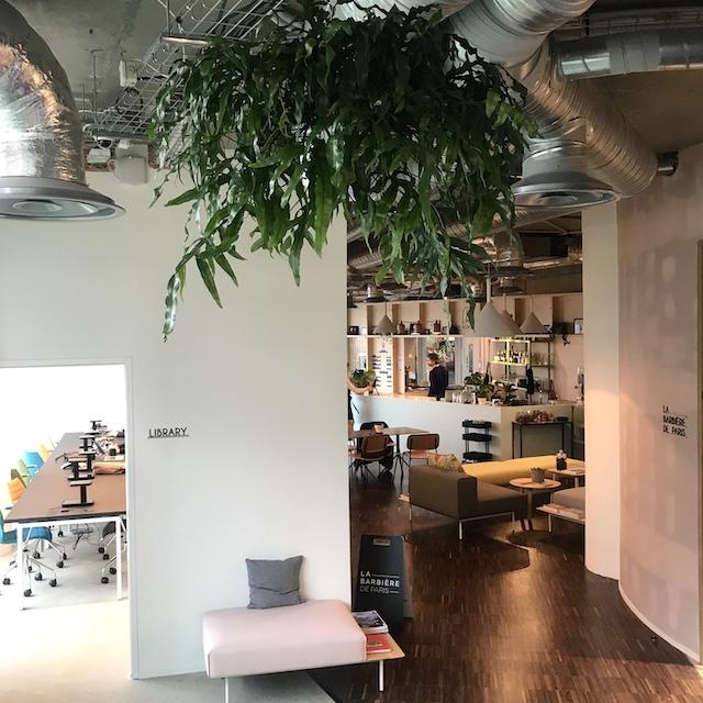 Le café-coworking au sein de l'Icône Space à l'Esplanade de La Défense / © Julie Gourhant alias @legrandparisvudemamini et @parisla_belle