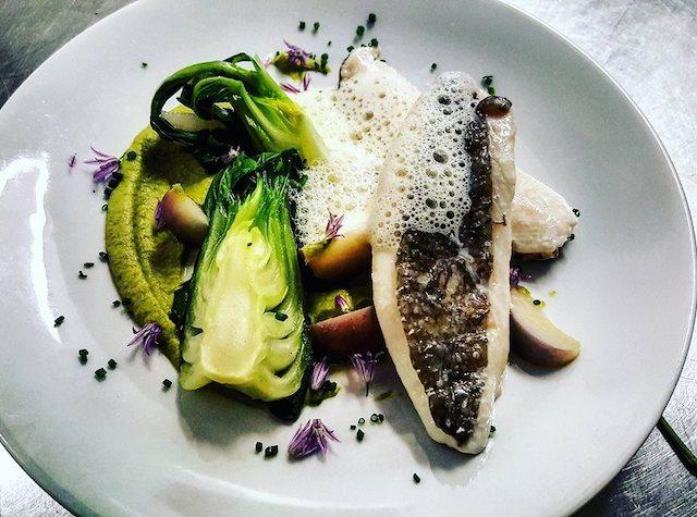 Saint-Pierre de Concarneau, navets nouveaux, purée de brocolis, pak-choy, tout ça dans une assiette à la Table de Cybèle à Boulogne / © La Table de Cybèle