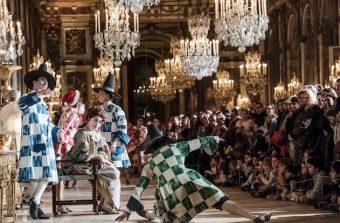 A la nuit tombée, la cour reprend vie au château de Versailles