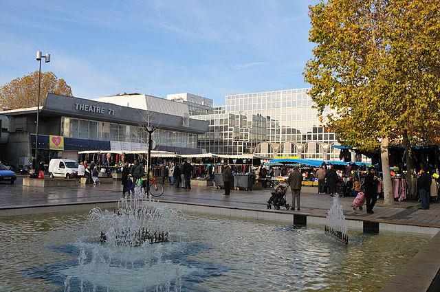Le théâtre 71 sur la place du 11 novembre / © Croquant (Creative commons - Wikimédia)