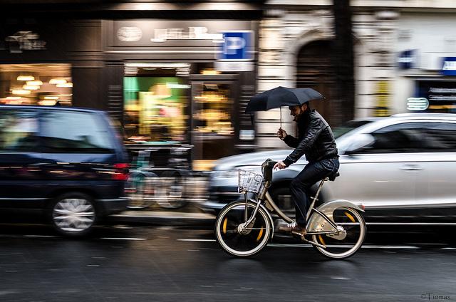 Un cycliste enfourchant un ancien Vélib' à Paris / © Tiomax (Creative commons - Flickr)
