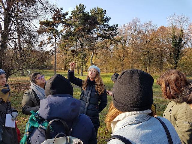 La naturopathe Camille Fourtine (au centre) lors d'une initiation aux plantes sauvages dans le bois de Vincennes / © Mona Prudhomme pour Enlarge your Paris