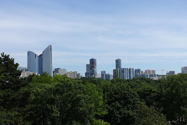 Le parc André Malraux à Nanterre et sa vue sur les tours de La Défense et les tours Nuages / © Guilhem Vellut (Creative commons - Flickr)
