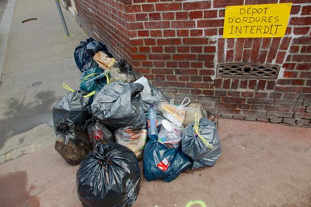 Dépôt sauvage d'ordures dans la rue /  © Frédéric Bisson (Creative commons - Flickr)