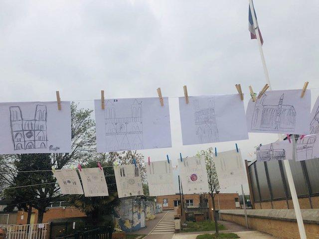Dessins de Notre-Dame réalisés par des élèves de l'école élémentaire Jean Mermoz au Bourget / © Yannick Hoppe sur Twitter
