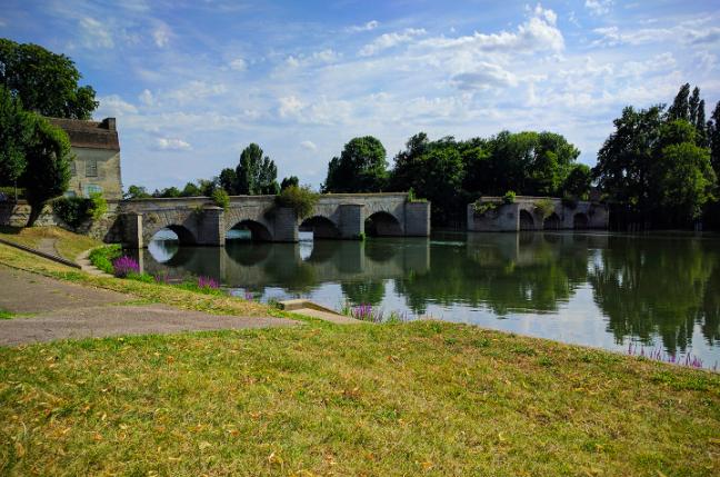 Le vieux pont de Limay dans les Yvelines / © Helloways