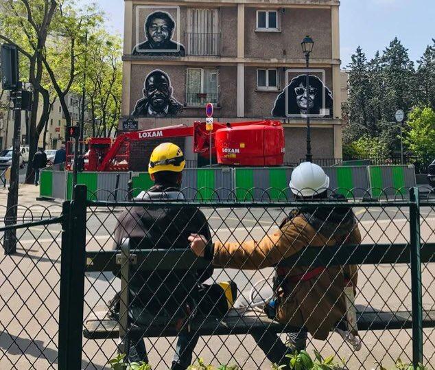 L'artiste Ernesto Novo et le cariste Milos Drincic devant la fresque du 64 rue du Moulin-des-Près à Paris (13e) / © Vianney Delourme pour Enlarge your Paris
