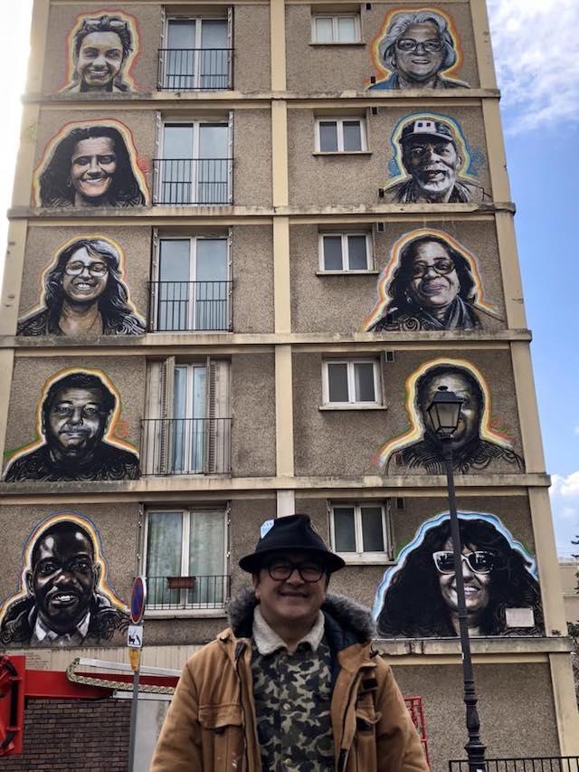 L'artiste Ernesto Novo devant la première fresque à Paris du Sentier street art du Grand Paris /  © Jérôme Coumet - Twitter