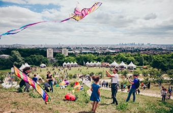 Festival de cerfs-volants avec vue à Argenteuil