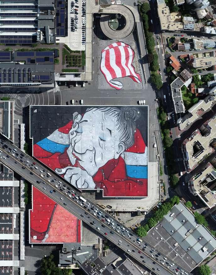 Vue aérienne de la fresque réalisée par le duo Ella & Pitr sur les toits d'un pavillon du Parc des expositions de la Porte de Versailles / © LUDOVIC DELAGE / OBJECTIF-AÉRO