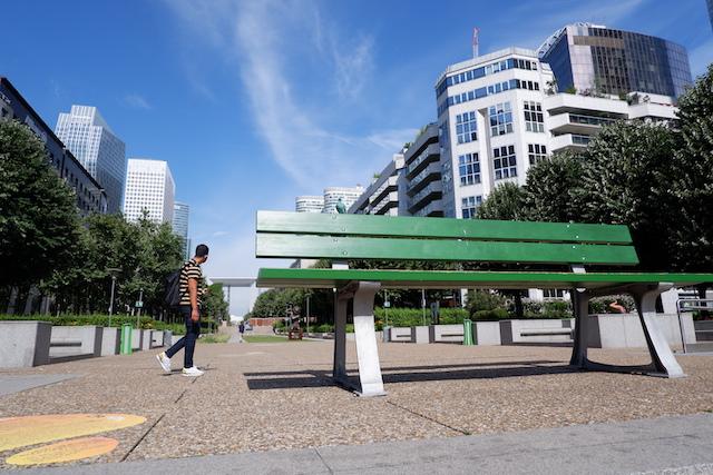 """Le parvis de La Défense abrite 70 oeuvres permanentes et une dizaine d'oeuvres temporaires dans le cadre de son festival """"Les Extatiques"""" / © Solenn Cordroc'h pour Enlarge your Paris"""