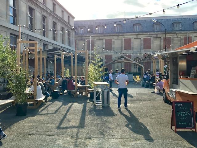 """La terrasse du pavillon """"Horizon 2030"""" dans la cour de l'ancienne poste centrale de Versailles /  © Steve Stillman pour Enlarge your Paris"""