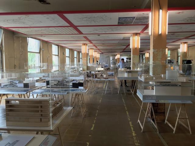 """La salle des maquettes du pavillon """"Horizon 2030"""" dans l'ancienne poste centrale de Versailles /  © Steve Stillman pour Enlarge your Paris"""