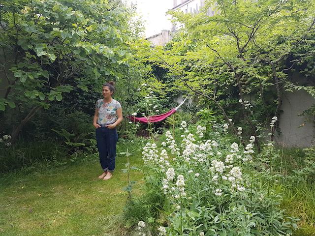La paysagiste et scénographe Leslie Garcias dans son jardin qui fut auparavant un parking / © Mona Prudhomme pour Enlarge your Paris