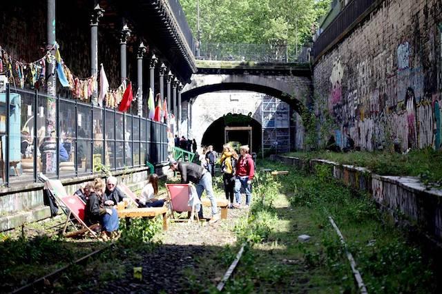 Les voies de la Petite Ceinture au niveau de l'ancienne gare de l'avenue de Saint-Ouen (18e), devenue la friche culturelle du Hasard Ludique / © Le Hasard Ludique