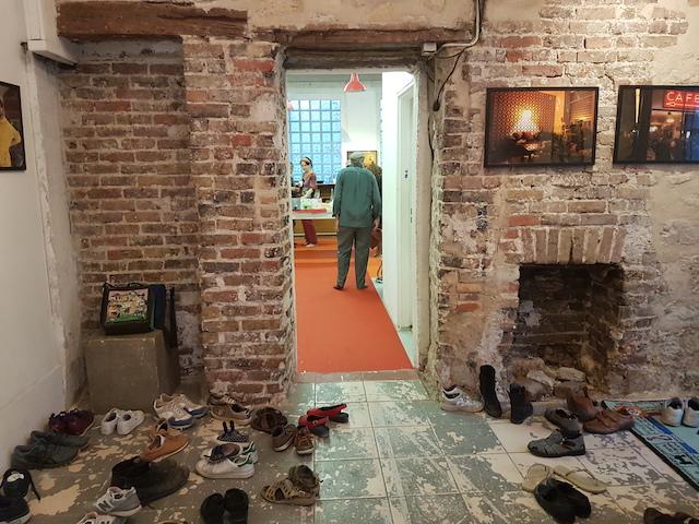 Les chaussures à l'entrée de l'exposition d'Yvan Loiseau au 60 AdaDa / © Yvan Loiseau