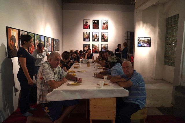 Repas partagé au 60 AdaDa pendant l'exposition d'Yvan Loiseau / © Yvan Loiseau