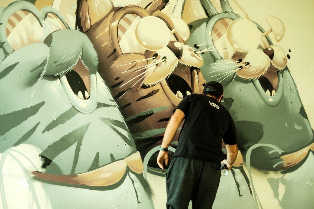 """Stom 500, l'un des artistes du projet """"Au Tableau"""" dans une ancienne école maternelle de Joinville-le-Pont / © Vincent Iborra"""