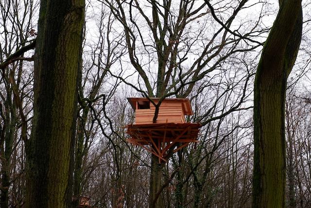 """L'une des cabanes de """"Bain de forêt"""", projet artistique en forêt de Tremblay / © Solenn Cordroc'h pour Enlarge your Paris"""