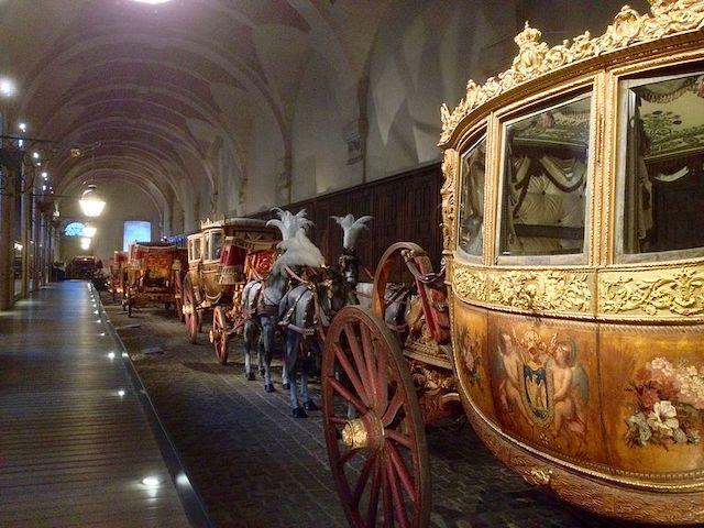 La Galerie des carrosses dans les Grandes écuries à Versailles / © Akarikurosaki (Wikimedia commons)
