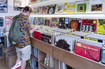 Avalanche de vinyles d'occasion aux Puces de Saint-Ouen