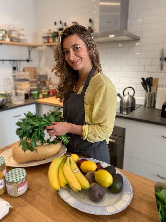 Odette Haddah dans la cuisine de la Positive Academy / © Positive Healthy Foods