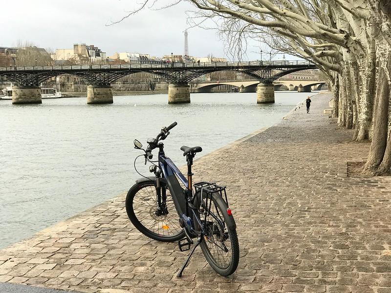 Un vélo électrique prend la pose sur les berges de Seine à Paris / © Tristan Nitot (Creative commons - Flickr)