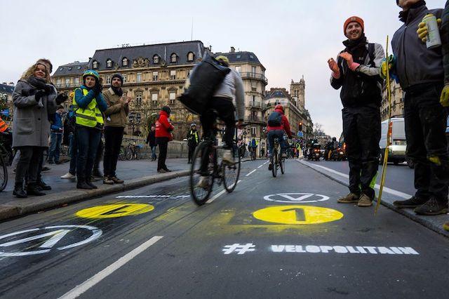 Marquage au sol de la ligne V1 du projet de réseau Vélopolitain à Paris le 12 décembre par un collectif d'associations / © Paris en selle