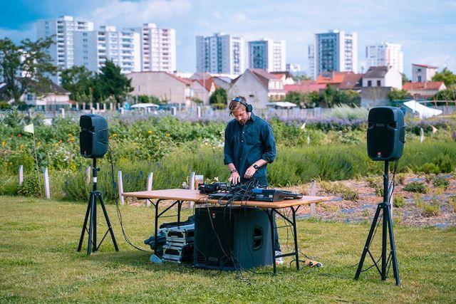 Live de BASSI lors du Festival Soleil Nord-Est du Collectif MU à la Ferme urbaine de Saint-Denis / © Anthoine Tho