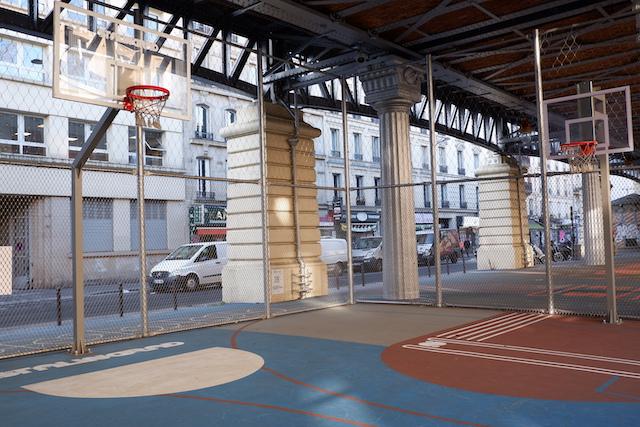Le playground de Stalingrad sous le métro aérien / © Solenn Cordroc'h pour Enlarge your Paris