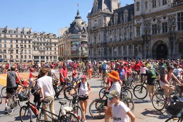 Rassemblement de cyclistes devant l'Hôtel de Ville à Paris / © Mieux se déplacer à bicyclette en Île-de-France