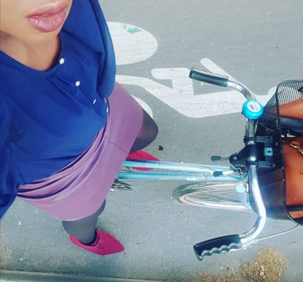 La cycliste parisienne Sandrine Gbaguidi, alias @Bayibiking, qui a lancé le challenge #5jvelotafjupe sur Twitter  en 2019 / @ #5jvelotafjupe - Twitter