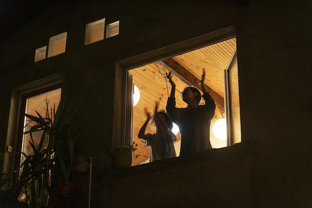 Pendant le confinement, à 20h on applaudit le personnel soignant comme ici à Bagnolet / © Jérômine Derigny