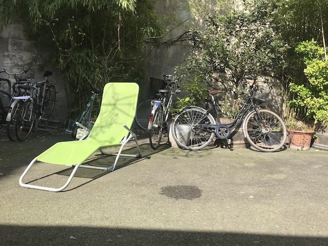 Chaise pliante dans la cour / © Olivier Razemon