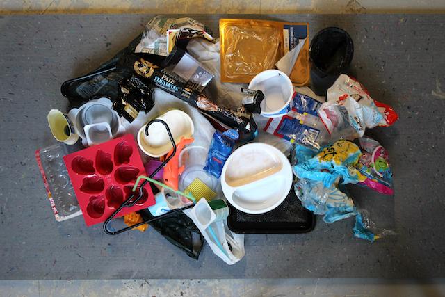 Des déchets non recyclables comme les pots de yaourt et les gobelets à café chez Recnorec à Plaisir / © Recnorec